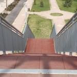 Стълби и парапет за пасарелка - мост за пешеходци над булевард